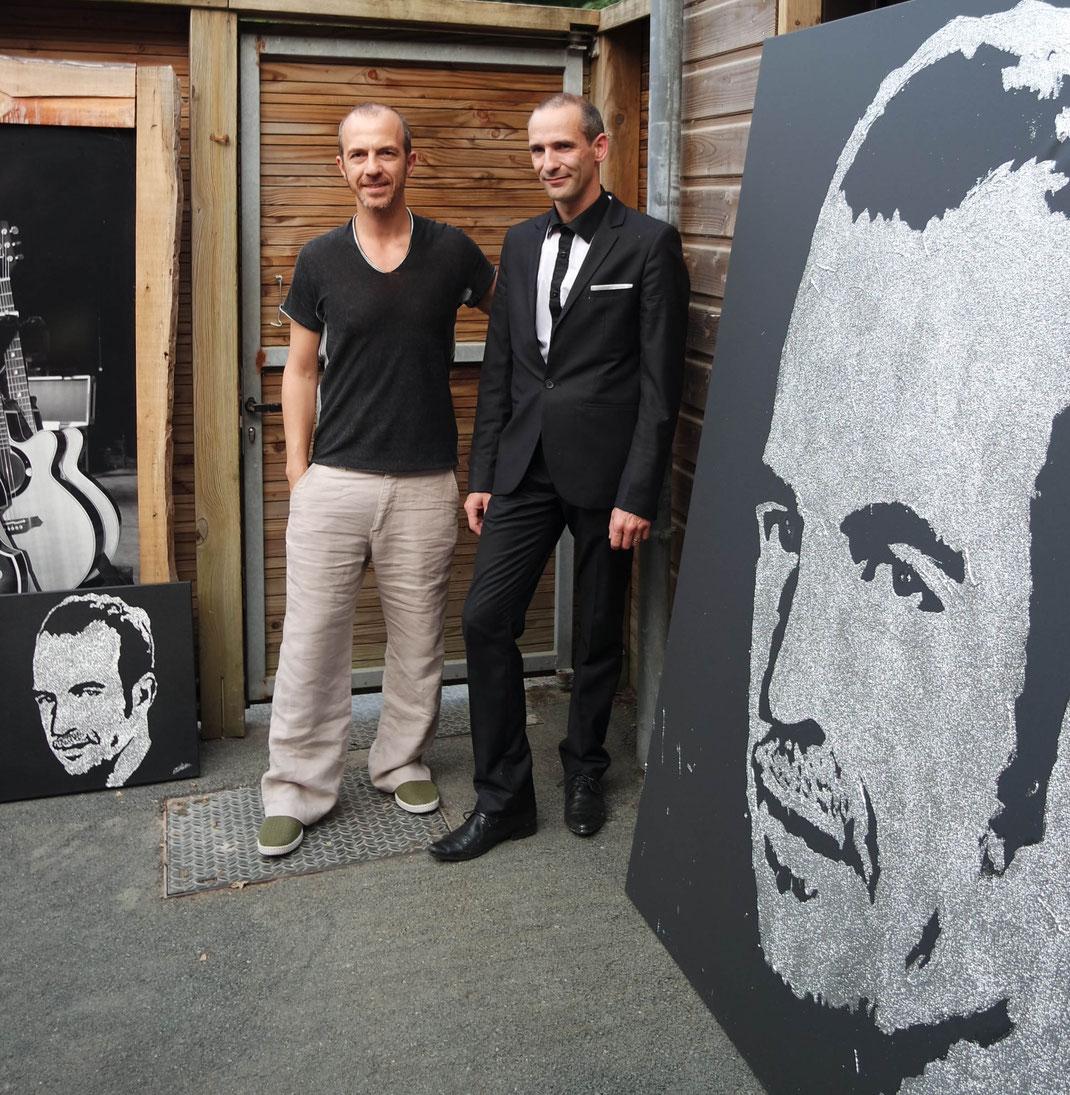 le chanteur Calogero reçoit son portrait paillettes réalisé en live par le peintre performer Erik Black