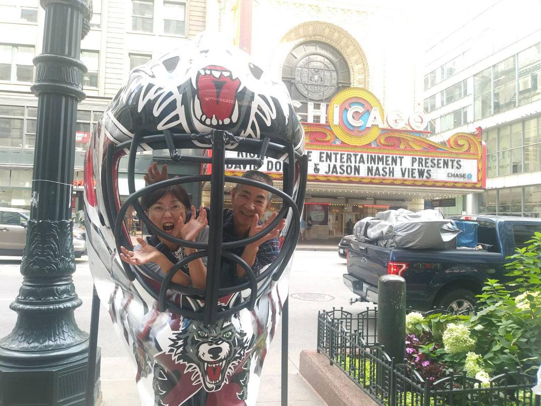 シカゴ劇場の前で
