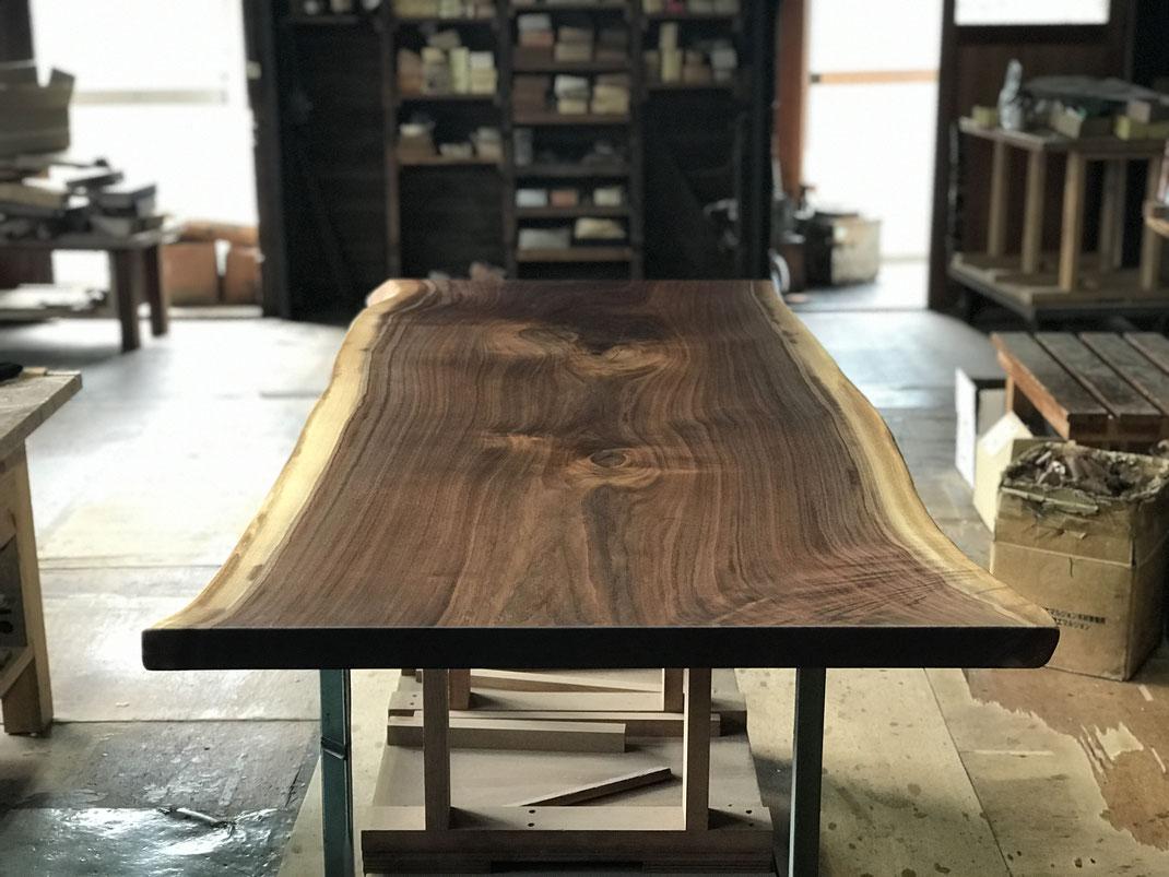 ブラックウォールナット一枚板テーブルオイル塗装