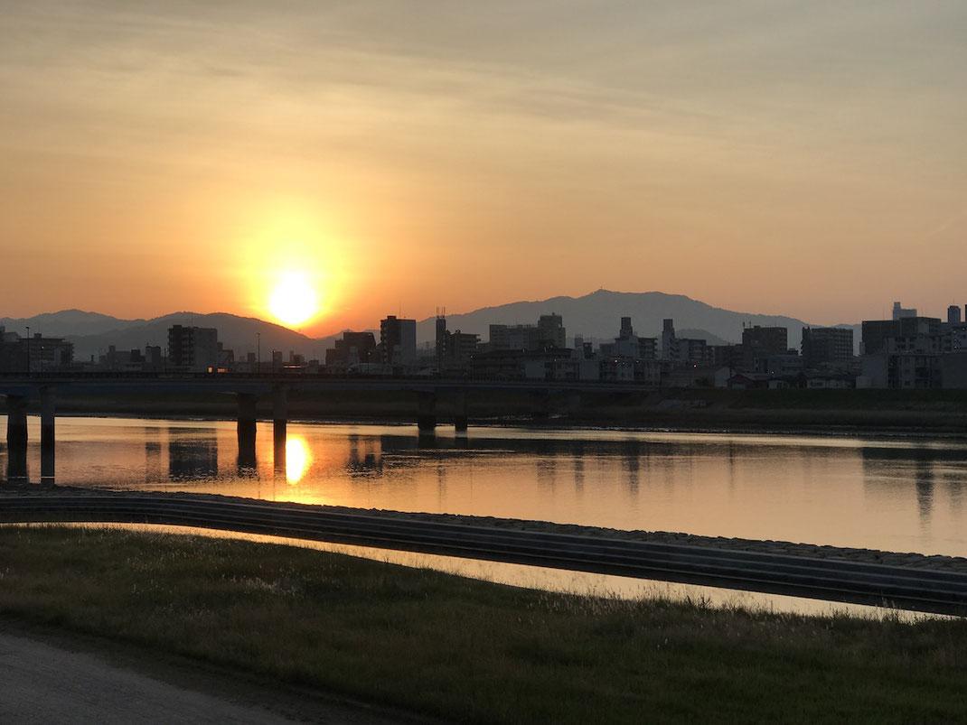 朝焼けに染まる太田川放水路