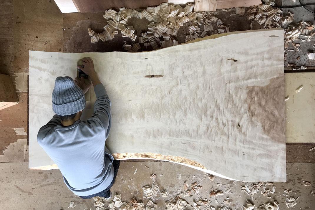 栃一枚板テーブル天板、鉋がけ