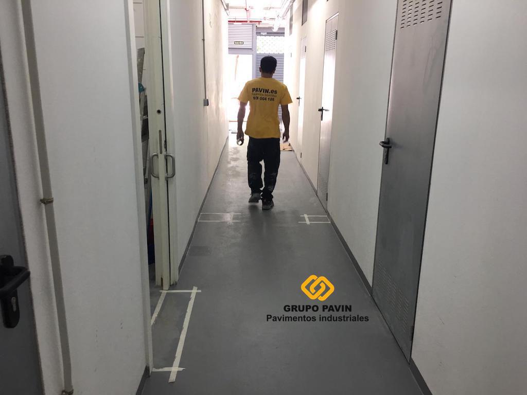 GRUPO PAVIN - Pavimentos industriales | Aplicación de la primera mano de resina epoxi base agua para el pavimento para trasteros de alquiler