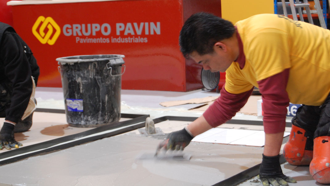 Suelos y pavimentos industriales de resinas continuos en Barcelona aplicados a llana