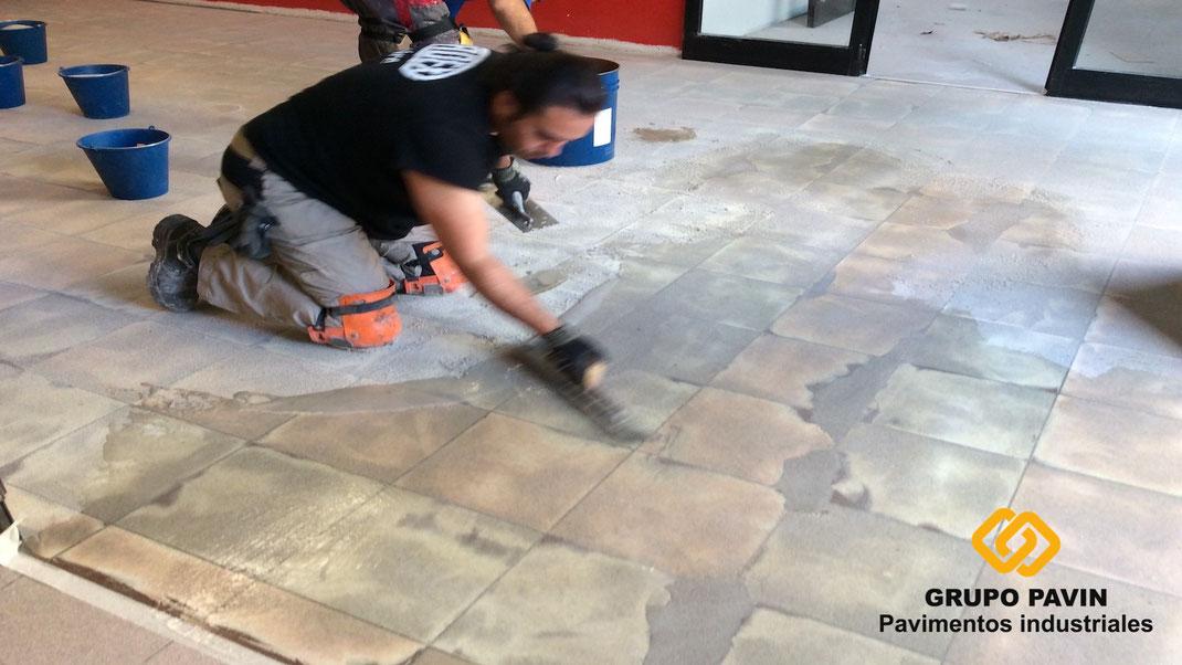 Suelos y pavimentos industriales con pintura epoxi o recubrimiento epoxi
