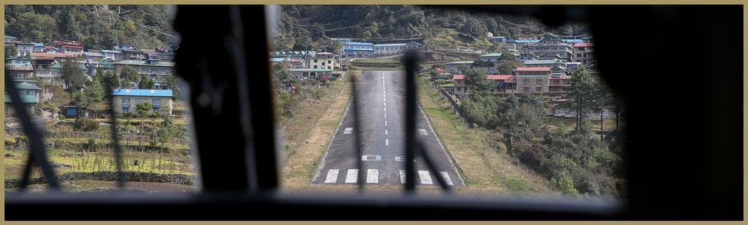 Anflug Tenzing-Hillary Airport in LUKLA | 27° 41′ 13″ N, 86° 43′ 47″ O | Landebahn: 527 m × 30 m | Hangneigung 12 %