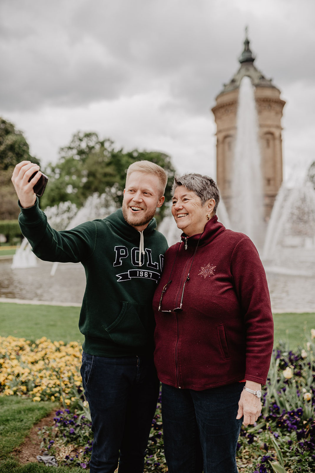 Selfie mit Oma am Wasserturm Mannheim by Sebastian Pintea