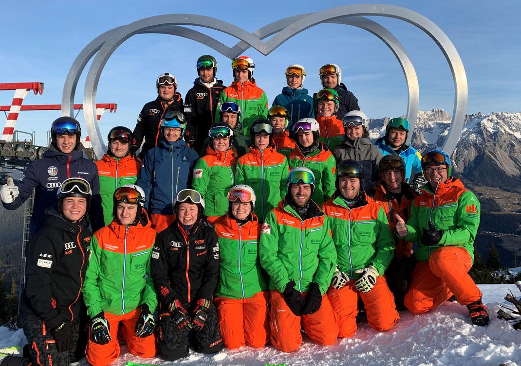 Das Skilehrerteam des Skiclub Wurmannsquick am Ende der erfolgreich ausgeführten Fortbildung, durchgeführt von Tobias Fürstberger, links, mittlere Reihe