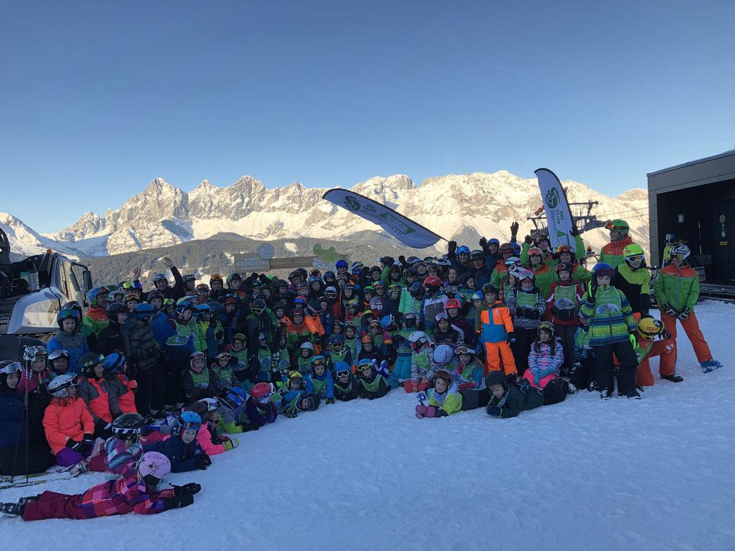 Alle Kursteilnehmer mit den Skilehrern und Betreuern des Skiclub Wurmannsquick