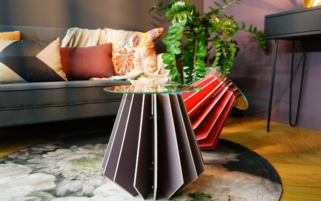 moderner Couchtisch aus Holz mit Glasplatte