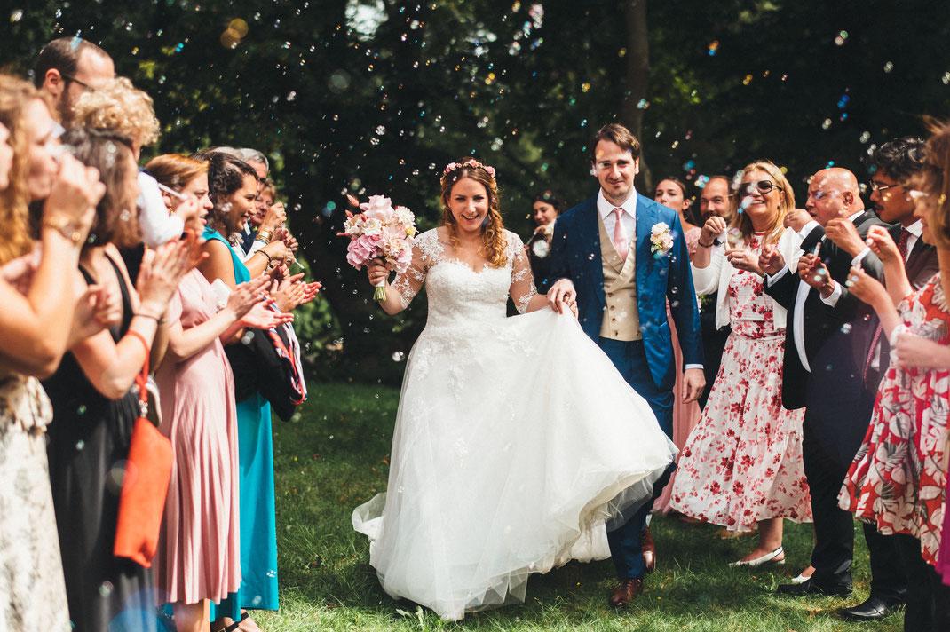Brautjungfern ziehen eine Braut dazu an, einen umgekehrten Gangbang mit einem Trauzeugen zu haben