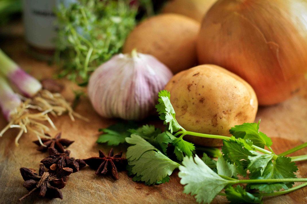 Zwiebeln, Kartoffeln und frische Petersilie