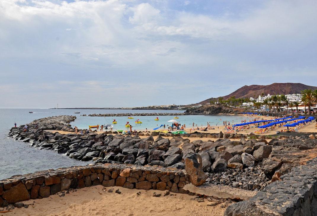 Playa Blanca gegen 16 Uhr Ortszeit. Strandspaß an der Playa Flamingo.