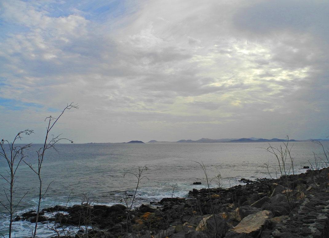 Playa Blanca Hafennähe Ortszeit 16.30 Uhr. Tagsüber meist verhangene Lichtverhältnisse. Blick auf Lobos und Fuerteventura.
