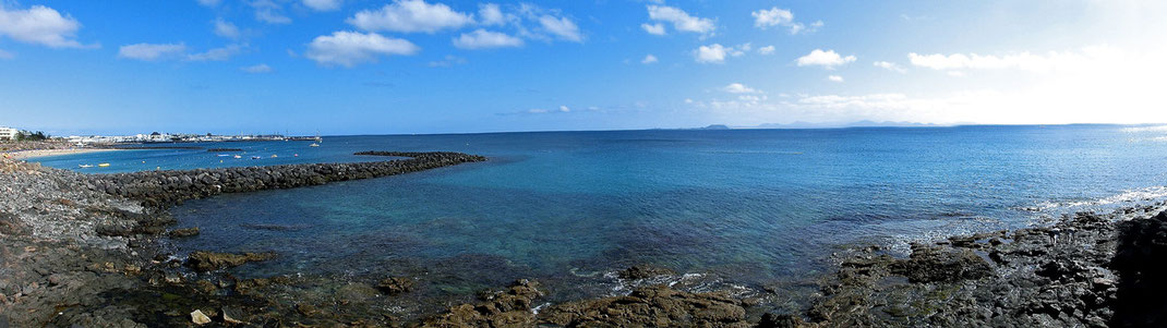 Links die Playa Dorada, Ortsausgang Richtung Marina Rubicón  (Panoramabild)
