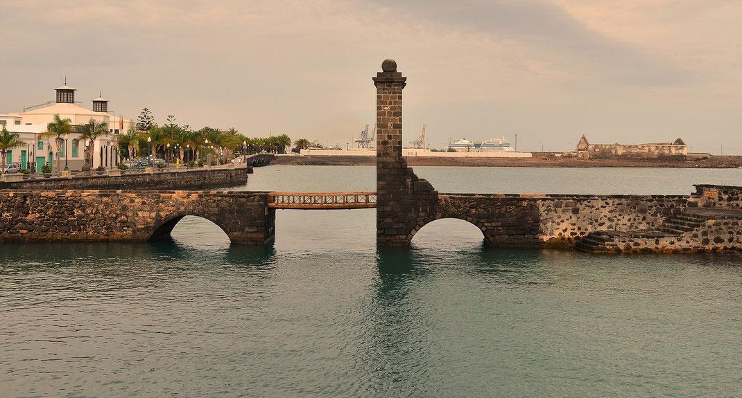 Museo de Historia de Arrecife, im Hintergrund Anlegestelle der Kreuzfahrtschiffe