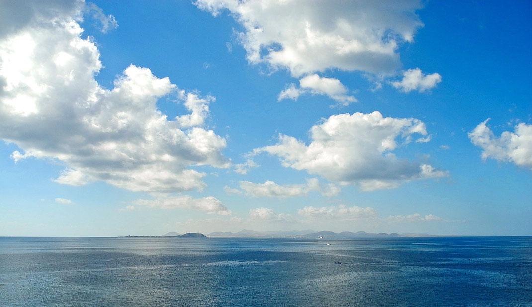 2.10. gegen 11.30 Uhr Ortszeit im Inselsüden +26 Grad, windstill. Blick auf die Inseln Lobos und Fuerteventura.