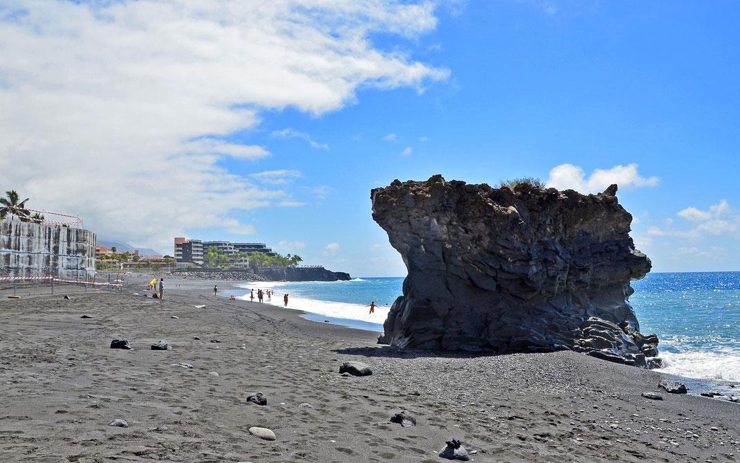 Puerto Naos - im Hintergrund die Hotel- und Apartementanlage Sol.