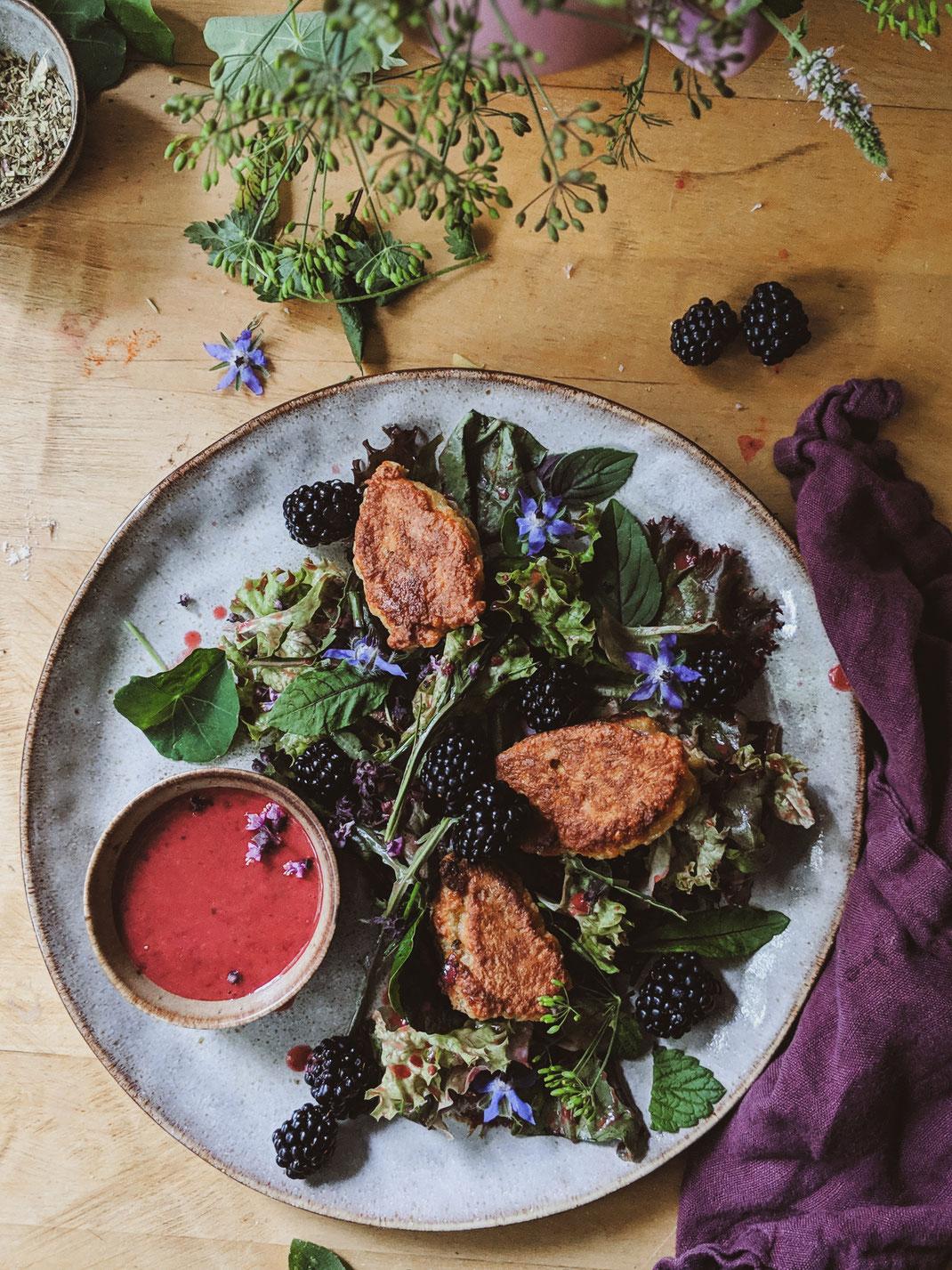 Ein leckerer Salat mit Brombeeren