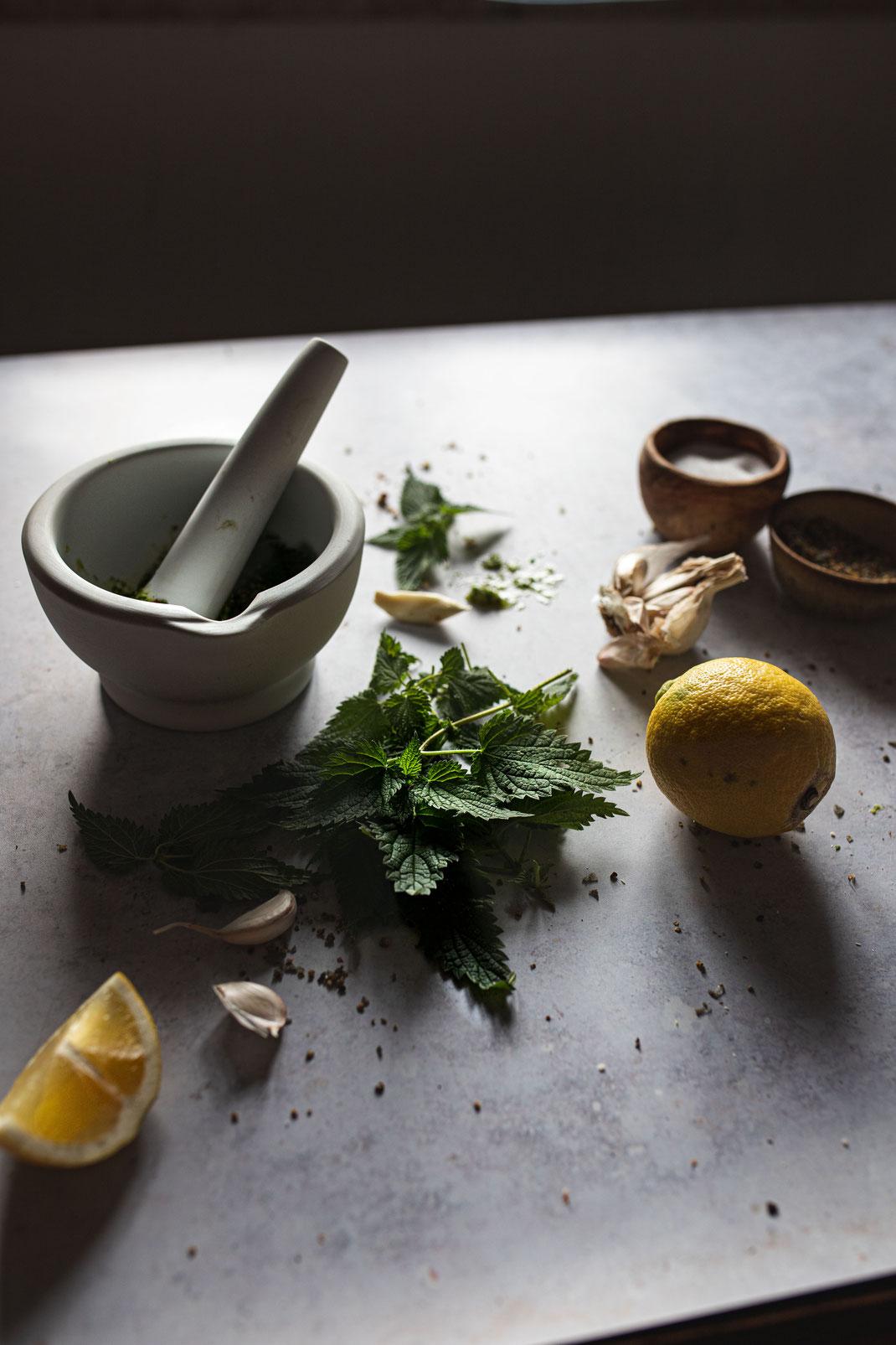 Zutaten für frisches Brennnessel-Pesto