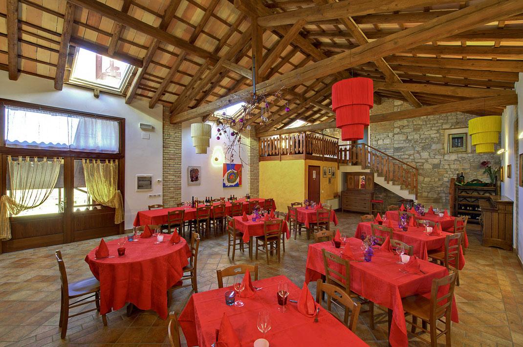 Agriturismo Il Picchio, sala del Fienile per pranzi e cene di gruppo, battesimi, comunioni, cresime.