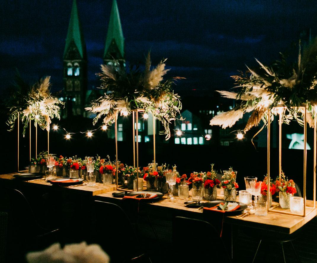 weddinginspiration, wedding, hochzeit, hochzeitsfotografie, urbanwedding, atlantichotel, eventfloristik, brautkleid, dachterrasse, boho, bohowedding, hochzeitostsee, hochzeitnordsee, sabinelange, destinationwedding, inselhochzeit