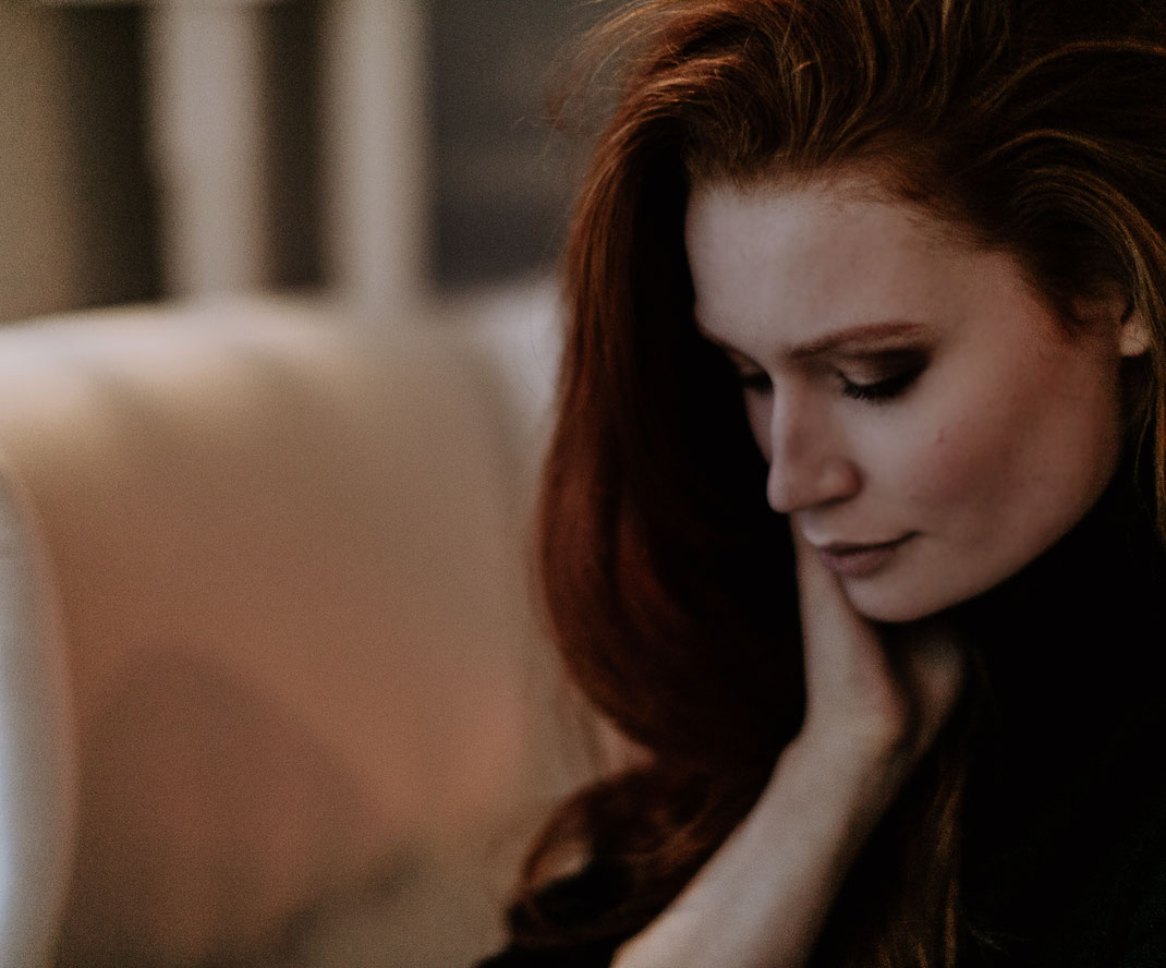 Portrait, women, home story, fashion, cozy, natural, natürlich, schön, fotograf, fotografstuhr, fotografbremen, ginger, redhead, wedding, love, liebe, wintershooting, shooting, style, sabinelange