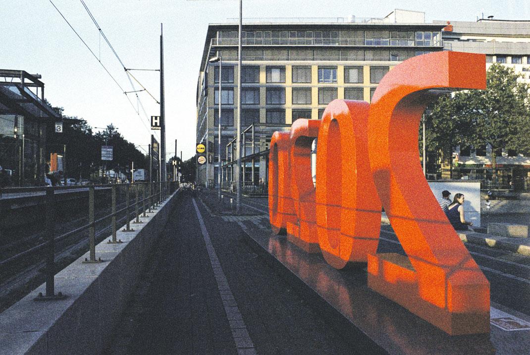 Die rote 2020 auf dem Wiener Platz. Foto: Yamato Hasumi