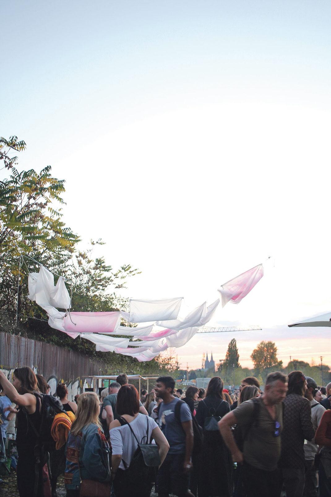 """Tanzen und Chillen mit """"Zukunft Mülheim"""". Das DJ- und Künstlerkollektiv veranstaltet Benefitsparties am Mülheimer Hafen. Foto: Eva Rusch"""