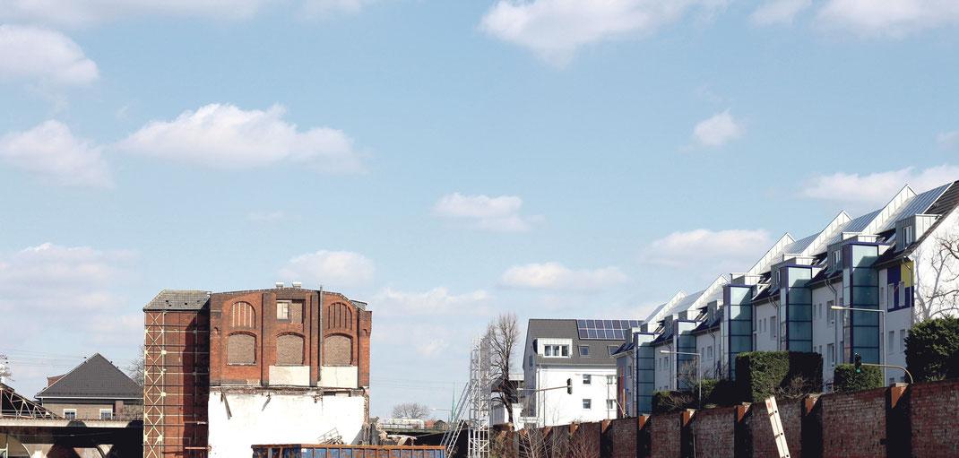 """Auf der industriehistorisch bedeutsamen Deutz-Mülheimer Straße befindet sich  das Baugebiet """"Cologneo"""" links und die sanierte Stegerwaldsiedlung rechts von der Straße. Foto: Eva Rusch"""