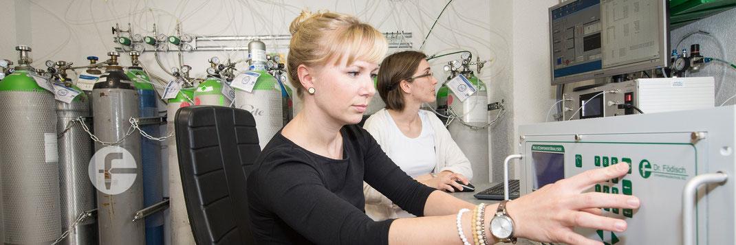 Mitarbeiterinnen bei der Kalibrierung von Gasanalysatoren. Foto: Dr. Födisch Umweltmesstechnik AG