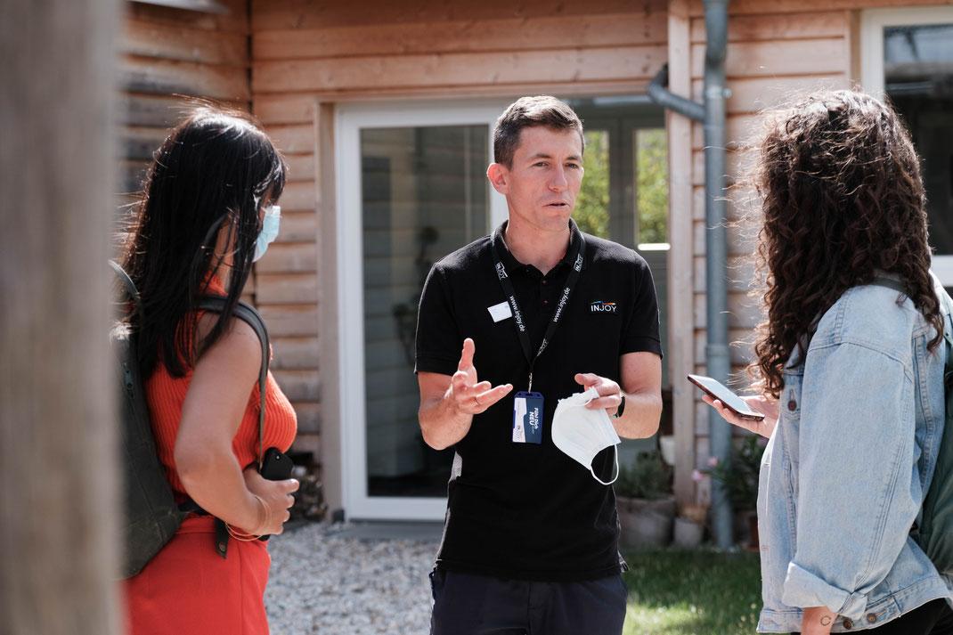 Lara Spät und Denise Stell vom Vom LKL Gesucht-Team mit Martin Voigt im Außenbereich des INJOYmed Grimma.