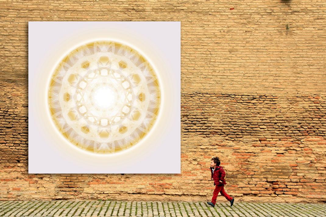 Lebendiger Kristall an einer Hausfassade © Susanne Barth. Freie Arbeit. Foto: pixabay