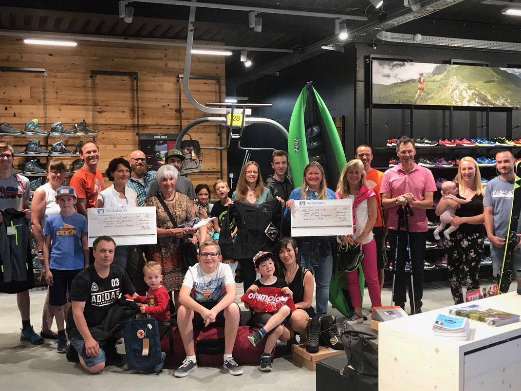 Die glücklichen Gewinner der Tombola bei der Eröffnung von Baumhauer Outdoorsport
