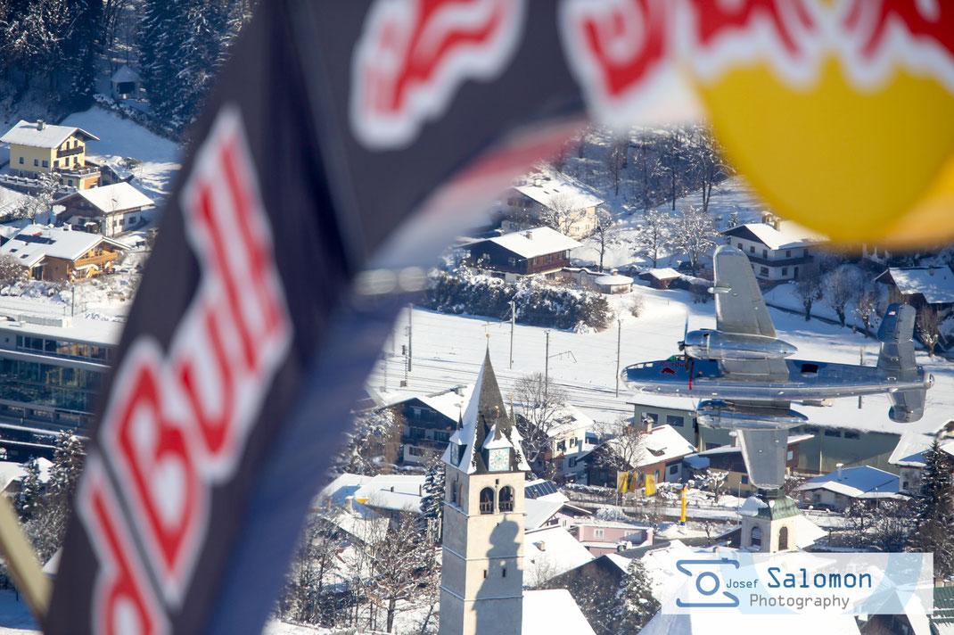 Foto zeigt Red BullBogen auf der Hausbergkante mit Red Bull Flieger Kitzbühel 2016 ©SEPA.Media / Josef Salomon
