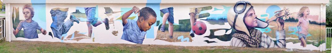 peinture murale fresque artistique sur mur d'école enfants jouant joie personnages vie streetart graffiti art artiste peintre urbain graffmatt child children playing mural art wall painting