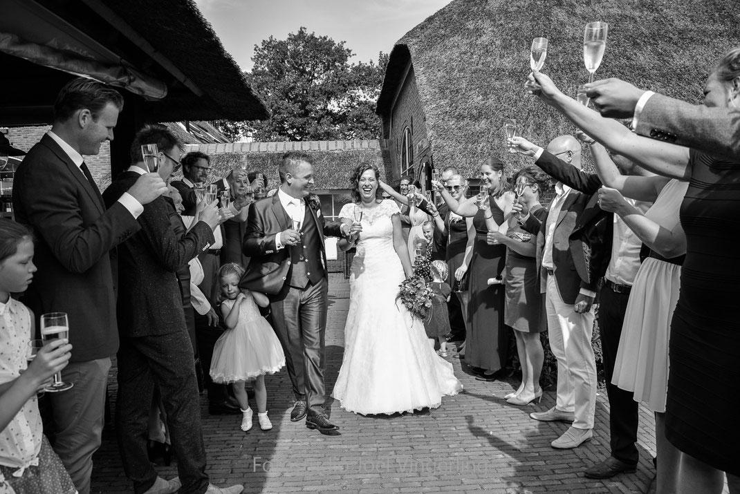 roode schuur nijkerk bruidspaar trouwen bruiloft fotograaf