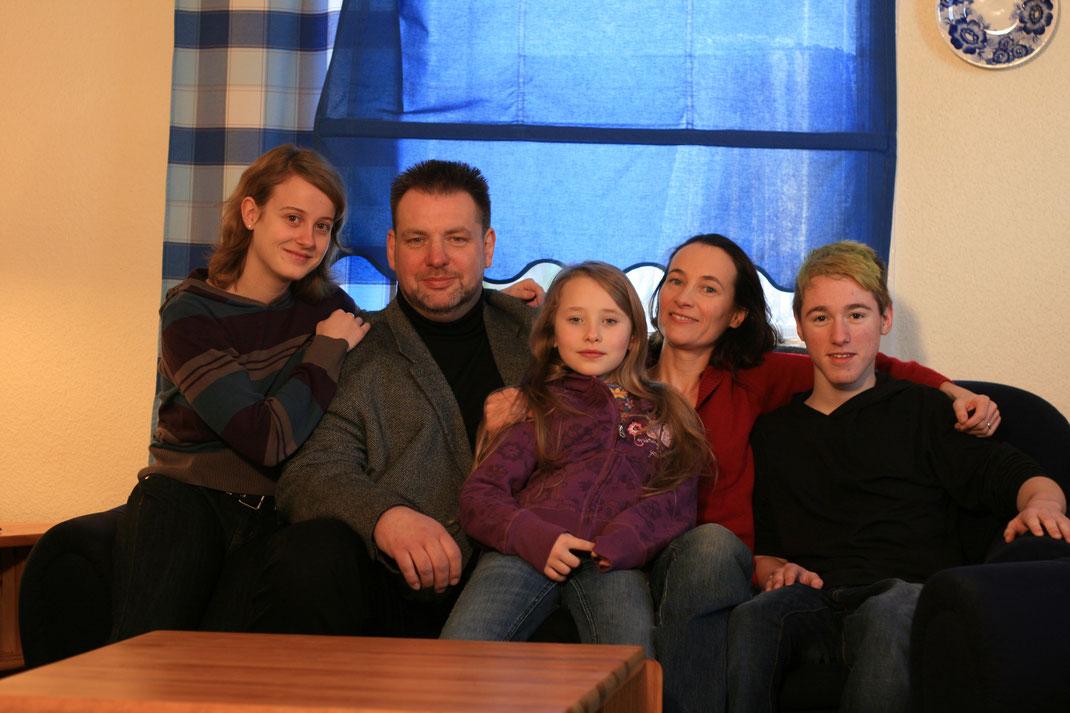 "Die Filmfamilie aus ""punk´s dead"" (2010, v.l.n.r.): Katrin, Christoph, Lea, Luzia und Vincent."