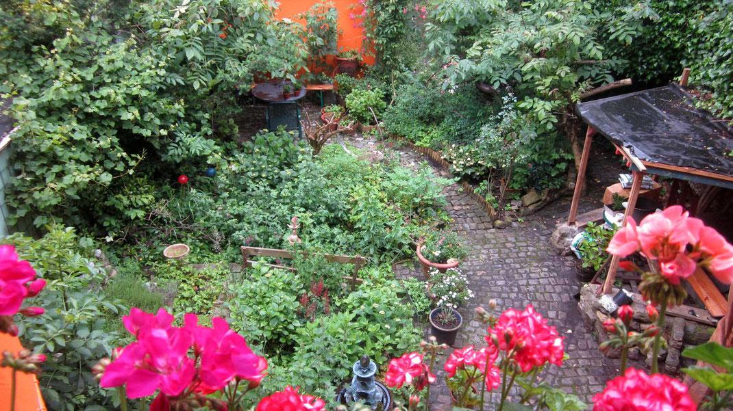 Ansicht des Gartens der Galerie Frutti dell'Arte von oben. Die Galerie ist verteten Auf dem Tag der offenen Gartentür 2016 und der Aachener Kunstroute 2016