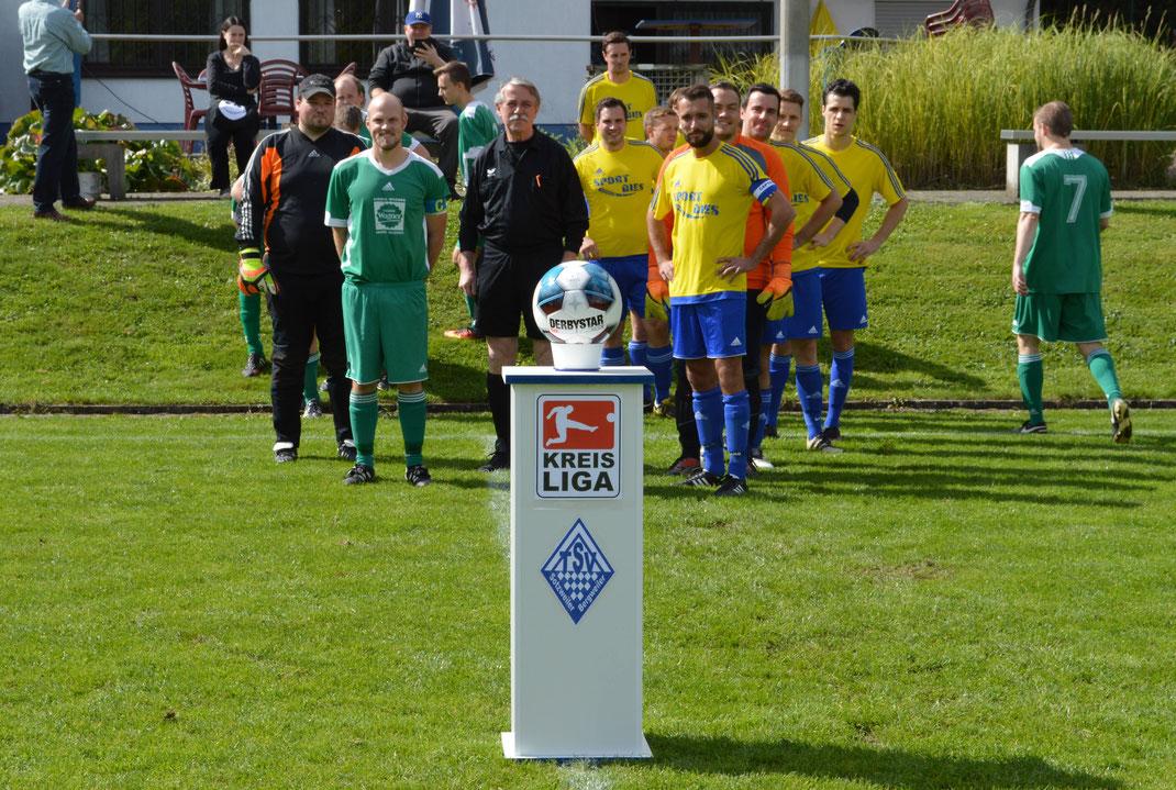 Die Zweiten Mannschaften des TSV (in gelb) rechts und der SG Peterberg (in grün) links vom Schiedsrichter Joachim Ohlmann kurz vorm Einlaufen.
