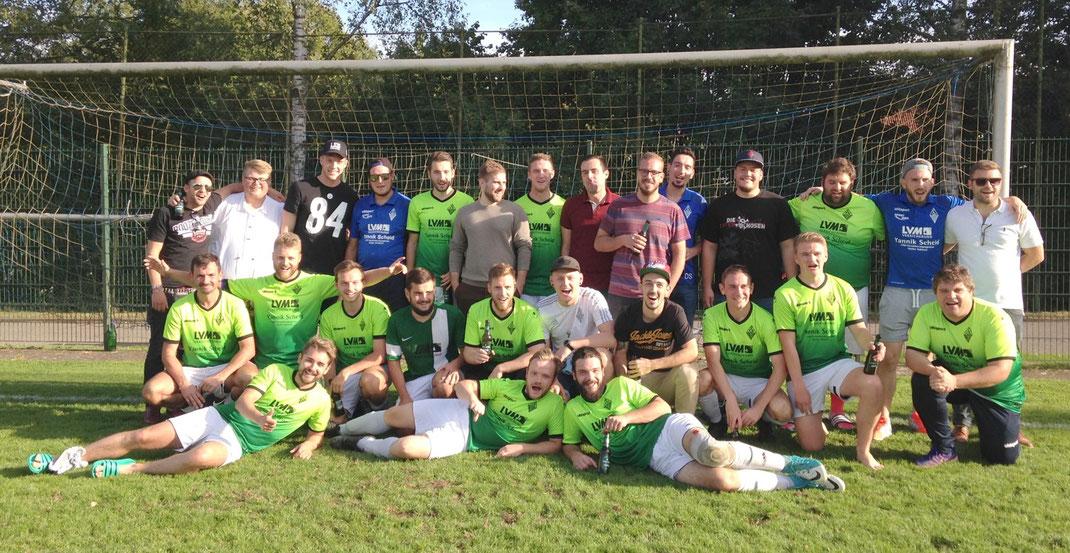 Unsere beiden Mannschaften nach den erfolgreichen Kirmesspielen zusammen mit Florian Müller - Torhüter von Mainz 05 (hintere Reihe 3. von links).