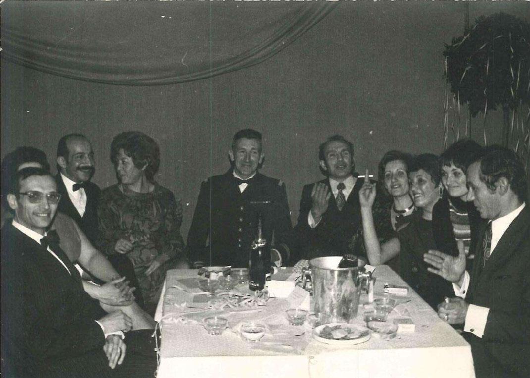 Au centre, lieutenant-colonel BAUDOT (tenue militaire de soirée),chef de corps du 99e R.I., à sa droite capitaine ZEKIAN ( moustaches) et capitaine CHARREYRON, à sa gauche en bout de table, capitaine ARLIN dont les propos amusent la tablée.