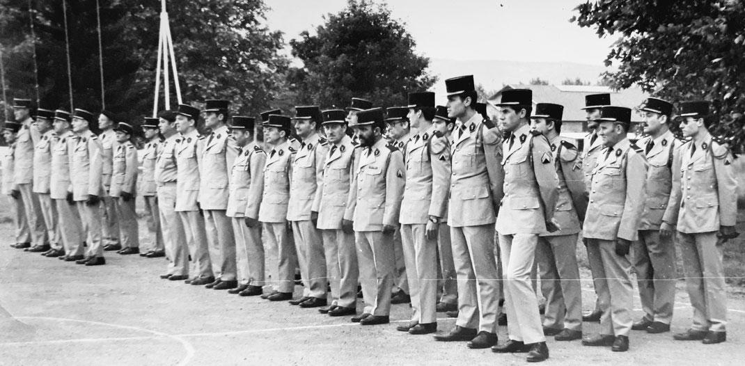 Les cadres sans troupes de la compagnie de commandement et des services (C.C.S.) durant une cérémonie en 1973 (Fonds TANGUY)