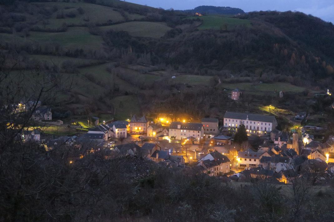 L'aube (en hiver 7h15)sur un village dans le monde: renouveau, imagination, créativité, projet, avenir...