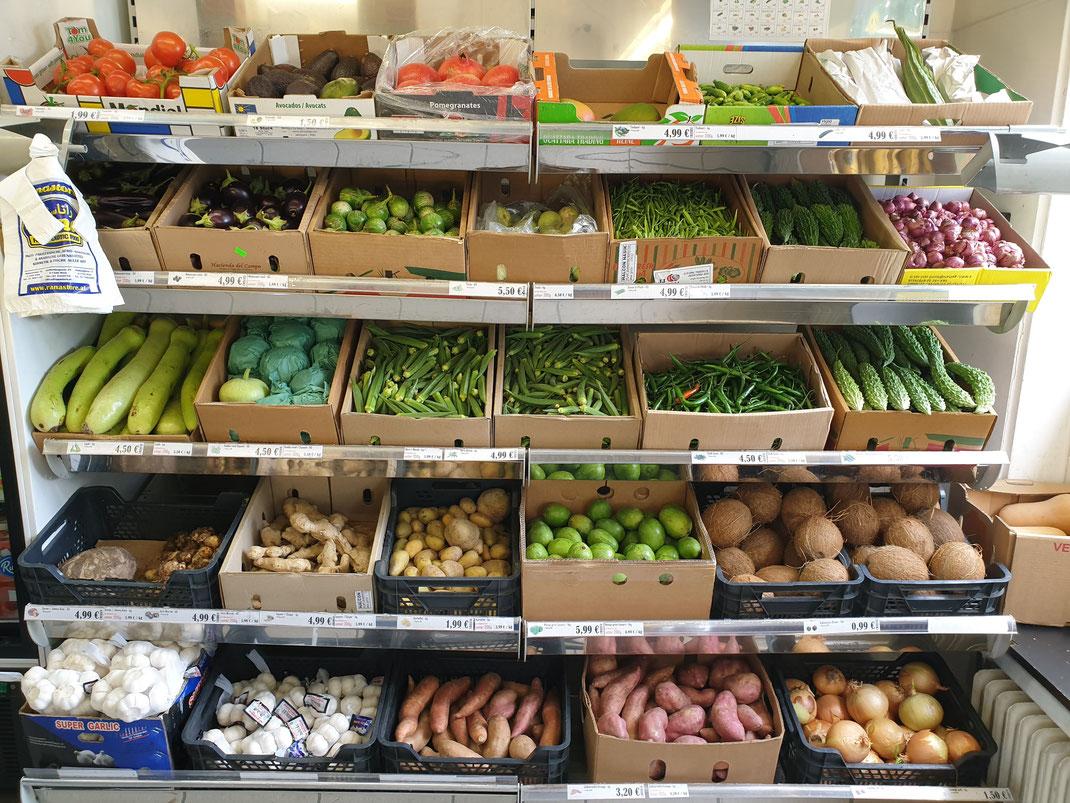 Fast alle Gemüsesorten über das ganze Jahr verfügbar. Melnazani, Bengan, Eggplant, Tinda, Gawar ki Phali, Karela, Bittergurke, Bittermelone, Bittergourd, Schalotten, Lauki, Kaddu, Squash, Okra, Bhamia, Ladyfinger, Chili, Ingwer, Arvi, Grüne Mango, ...