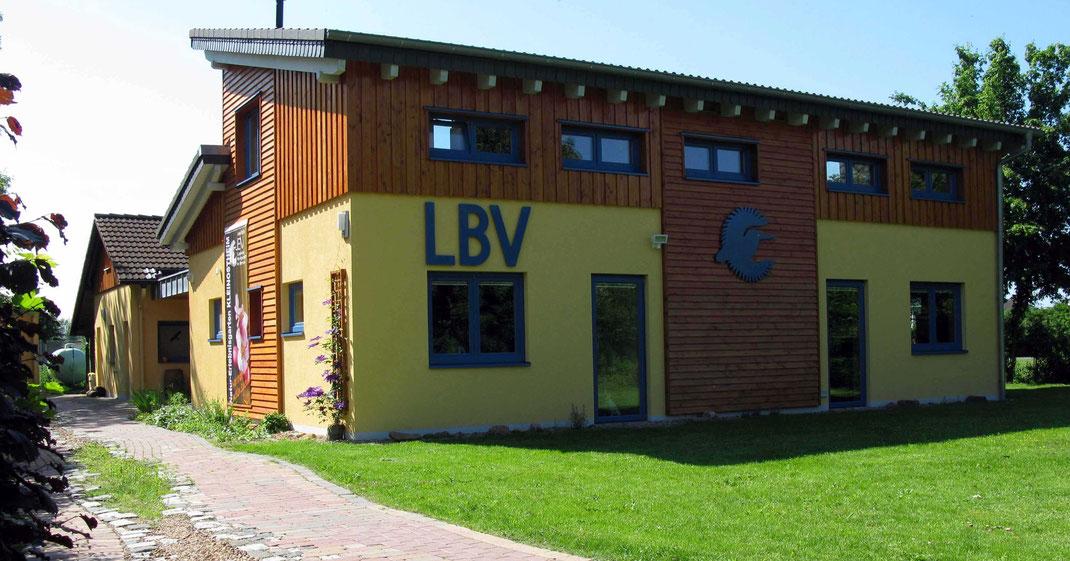 Foto des Bernd Hofer-Hauses, dem Verwaltungsgebäude der Umweltstation inklusive Vortragsraum
