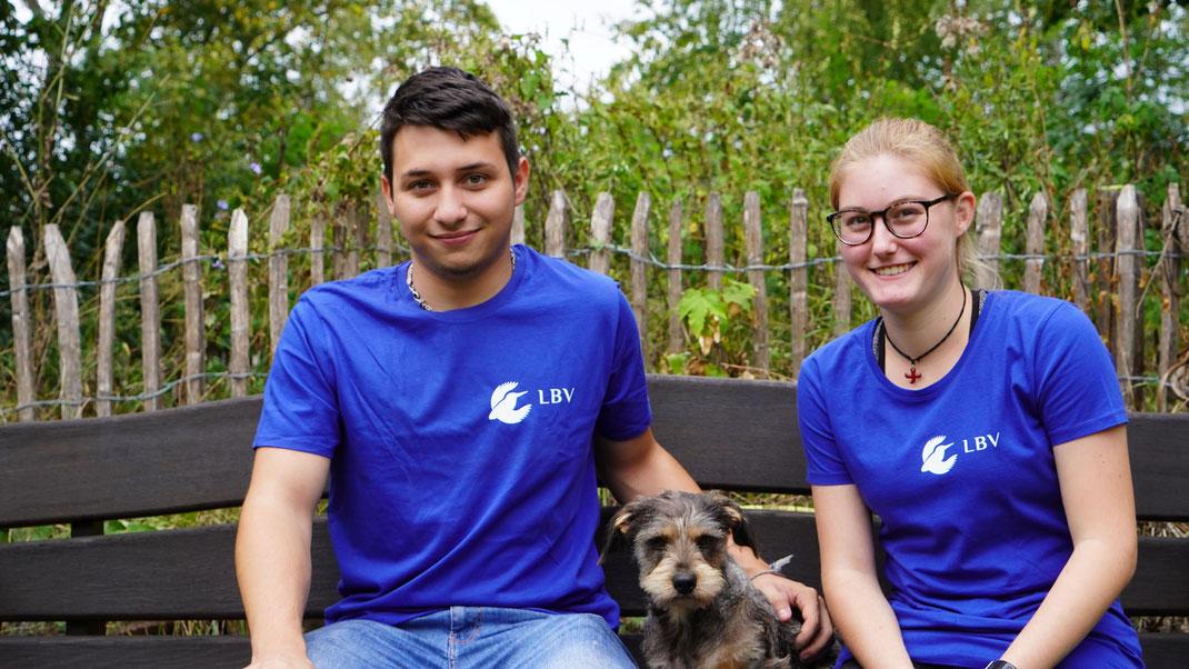 Felix und Melina freuen sich auf ihren Einsatz beim LBV und auf die Gesellschaft mit dem Dackelmischling Ronja