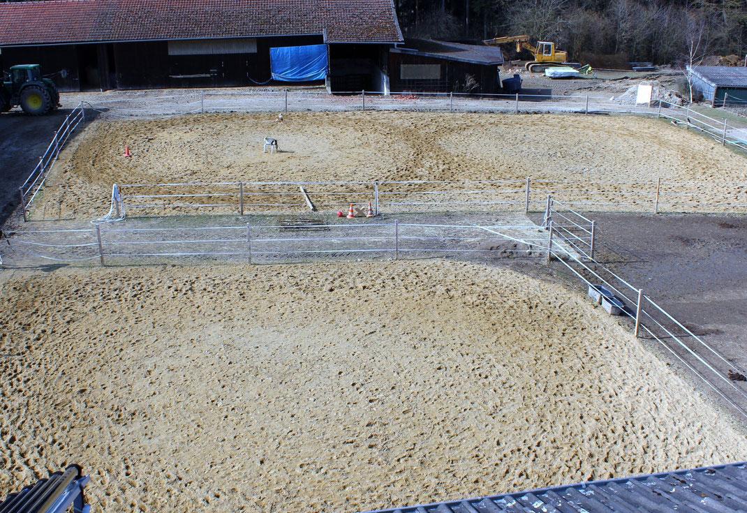 Sandplatz ca. 20 x 30 m, Longierzirkel Durchmesser ca. 16 m