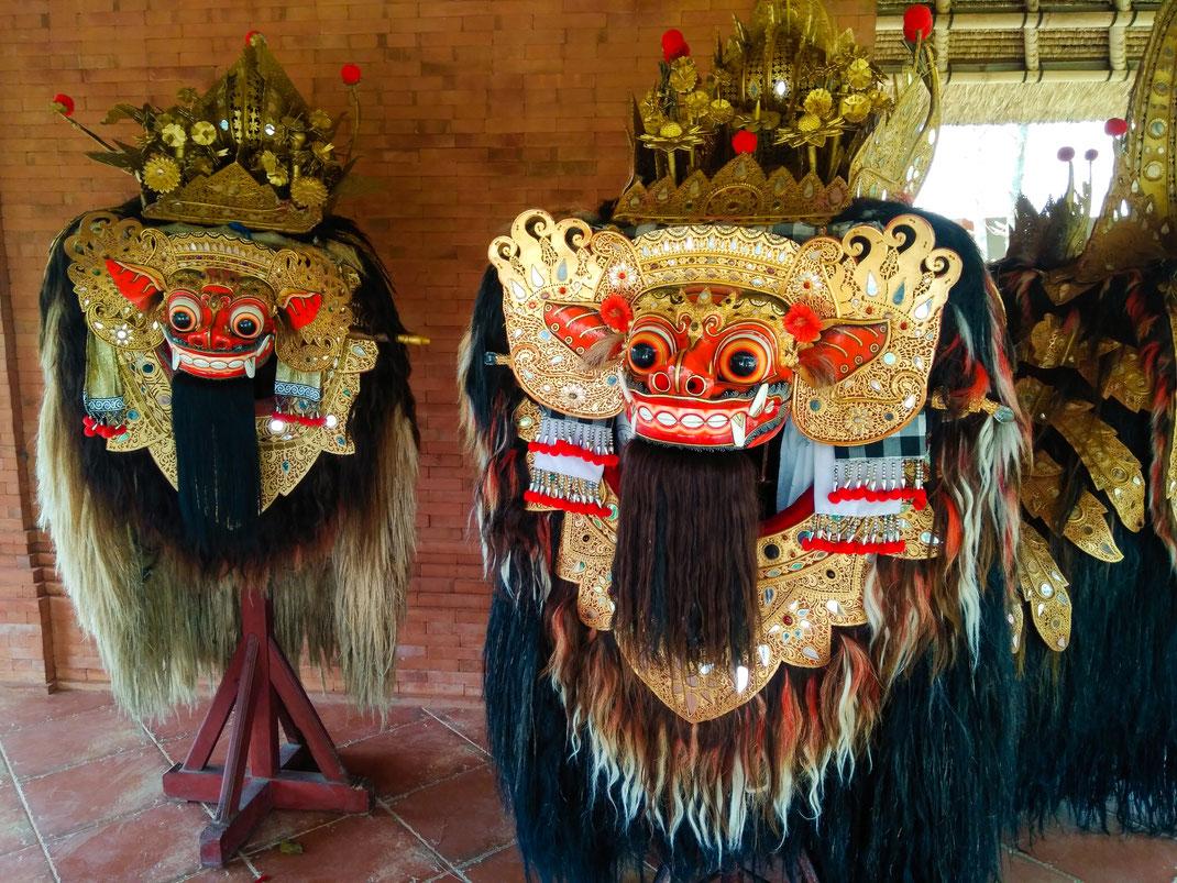 Zwei Barong-Masken in einer Ausstellung