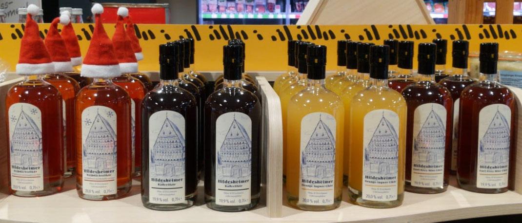 Flaschen mit Likören aus Hildesheim stehen in einem Regal