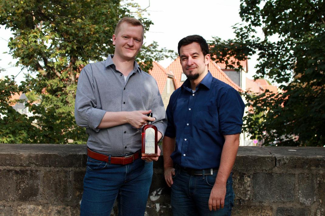 Zwei Männer, Flasche, Likör, Hildesheim, Mauer, Grün, Blätter